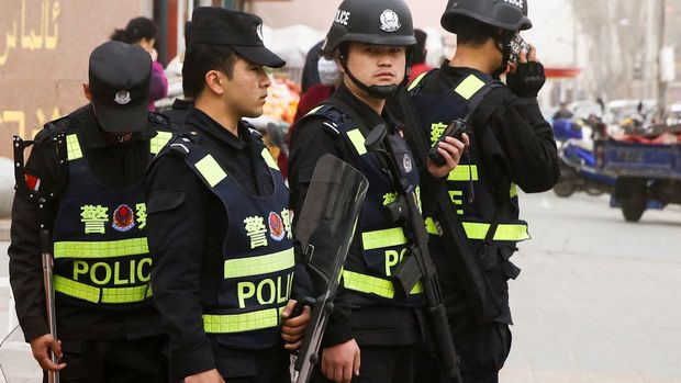 Armed police keep watch in a street in Kashgar, Xinjiang Uighur Autonomous Region, China, March 24, 2017.  REUTERS/Thomas Peter