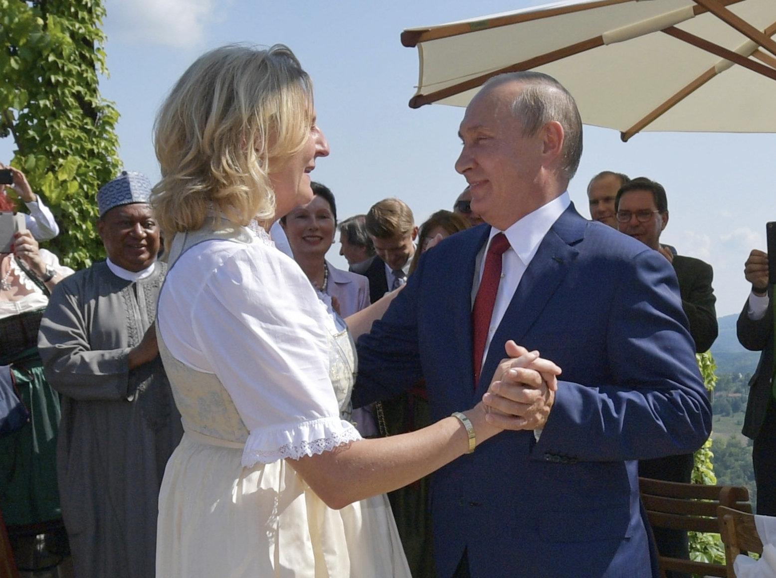 Putin tanzt mit Österreichs Außenministerin – und sorgt für