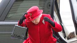 Cette vieille photo de la reine Elizabeth luttant contre le vent vaut le