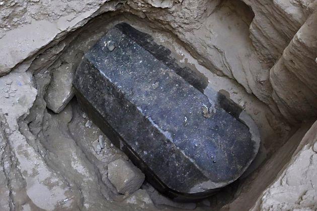 Αίγυπτος: Σε δύο άνδρες και μια γυναίκα ανήκουν οι σκελετοί στην πελώρια σαρκοφάγο που βρέθηκε στην
