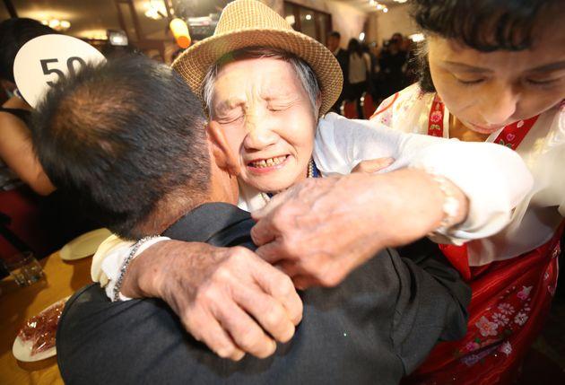 20일 금강산호텔에서 열린 제21차 남북 이산가족 단체상봉 행사에서 남측 이금섬(92) 할머니가 북측 아들 리상철 씨와 만나 오열하고