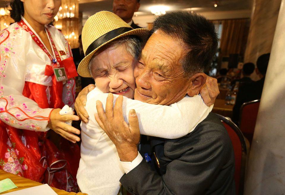 제21차 남북 이산가족 상봉행사 첫날인 20일, 금강산호텔에서 단체상봉이 진행됐다. 이금섬(92, 남측)씨가 아들 리상철(71, 북측)씨를