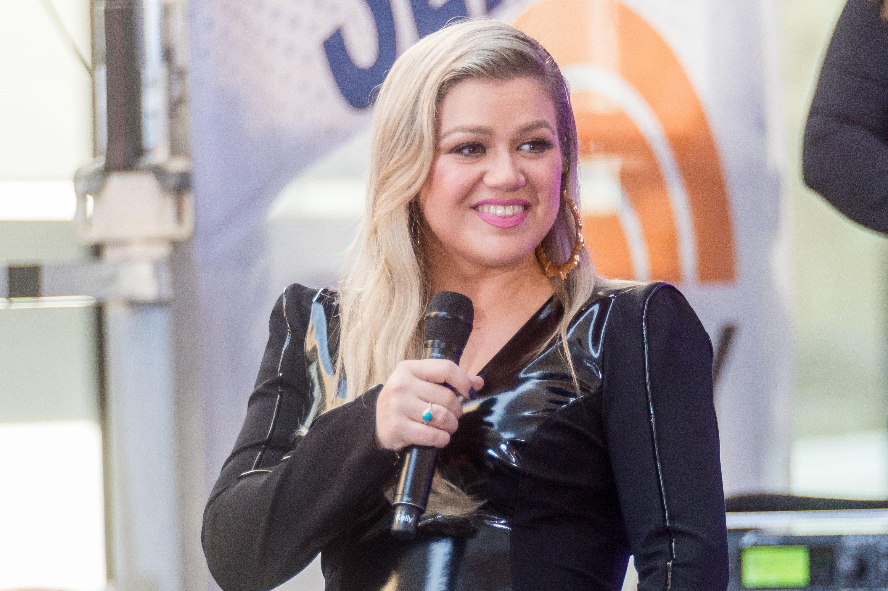 NEW YORK, NY - JUNE 08:  Kelly Clarkson Performs On NBC's 'Today' at Rockefeller Plaza on June 8, 2018 in New York City.  (Photo by Mark Sagliocco/WireImage)