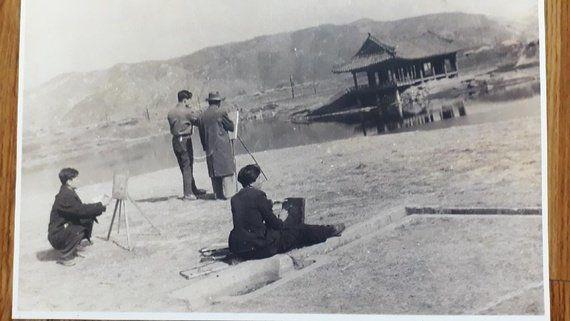 복원 전인 1940년대 찍은 경주 월지 동궁터의 석조수로 모습. 경주예술학교 학생들의 야외 실기 현장 담은 모습으로 당시 화가 최용대씨의