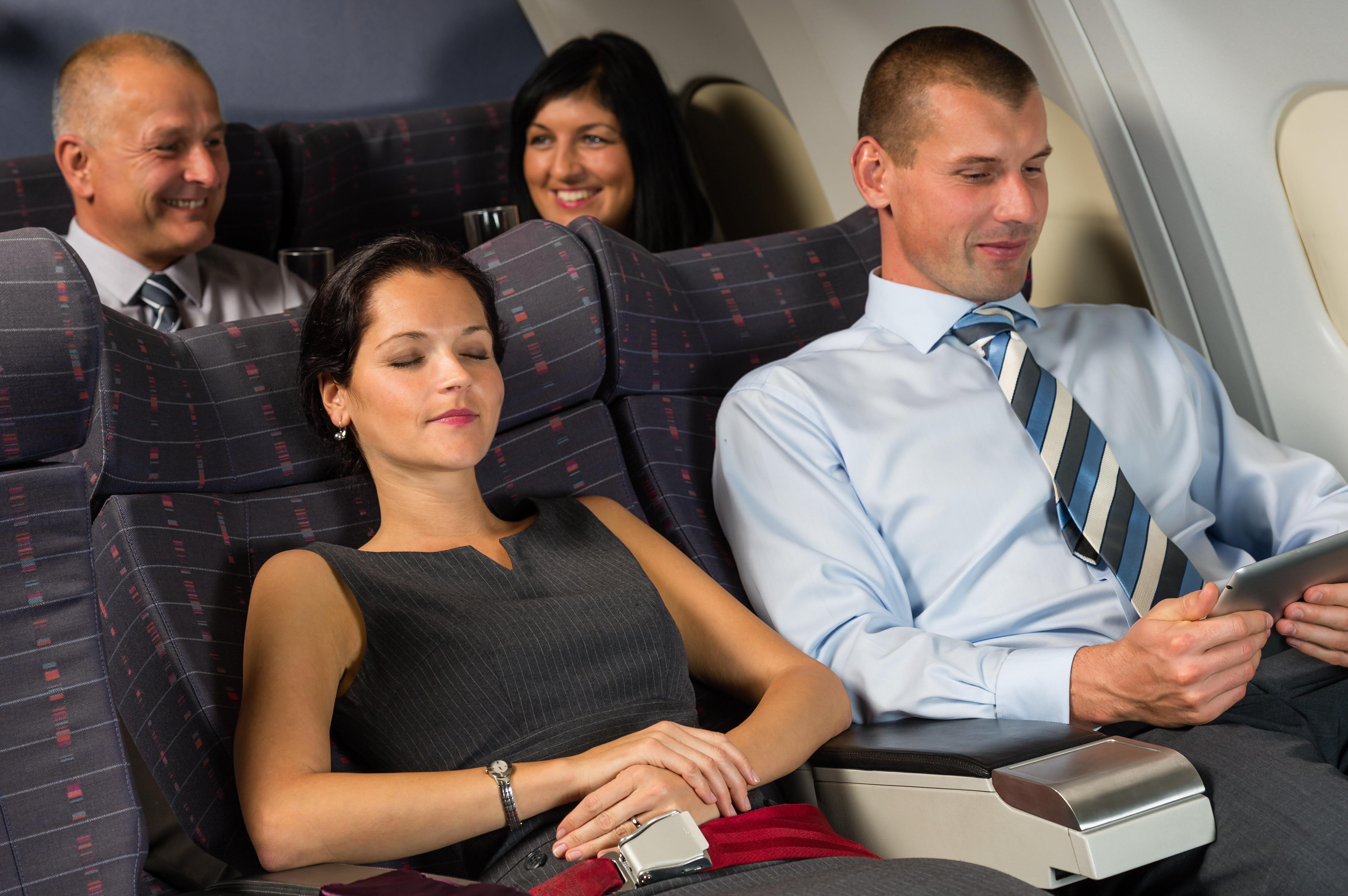아내를 옆에 둔 채 비행기 옆좌석 승객을 성추행한 한 남성의