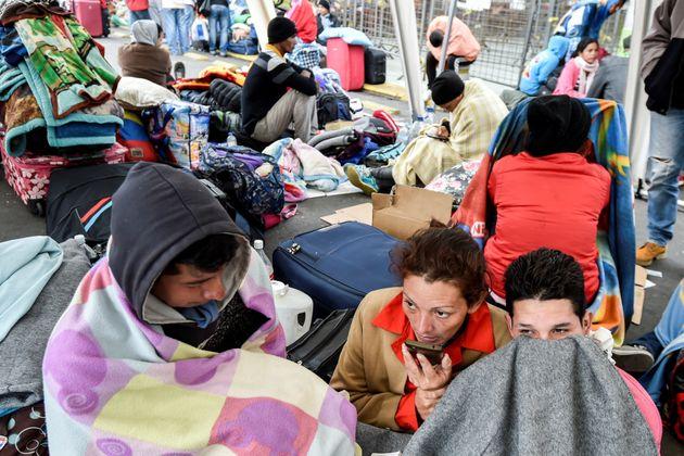 베네수엘라 시민들이 경제난을 피해 국경을 넘고 있다. 주변국들은 빗장을 걸어