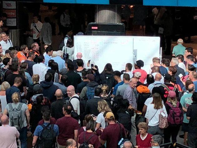 공항 전산시스템 오류로 '화이트보드 시간표'가 등장했다