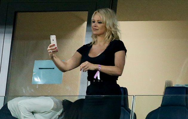 Pamela Anderson lors de France-Belgique à Saint-Pétersbourg le 10 juillet