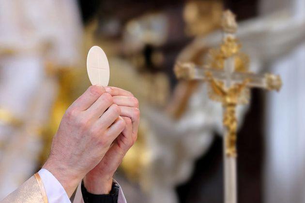 가톨릭 신부는 소녀를 강간하고, 임신시킨 후, 낙태를 직접 주선했다