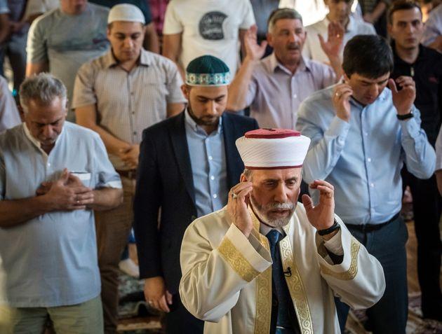 Les musulmans de Crimée accomplissent la prière de