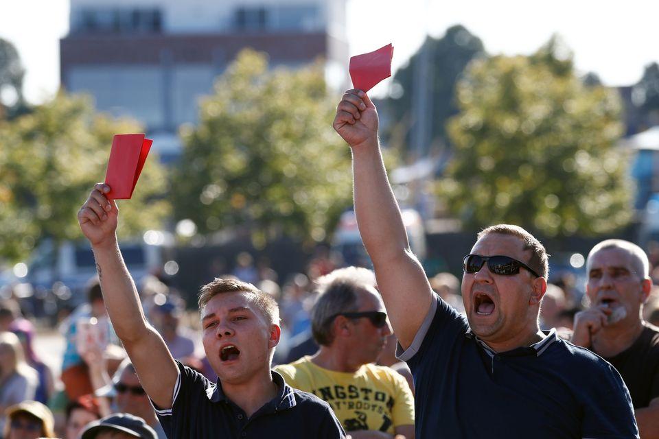 Teilnehmer einer Anti-Merkel-Demonstration in Bitterfeld. (Archivbild vom August