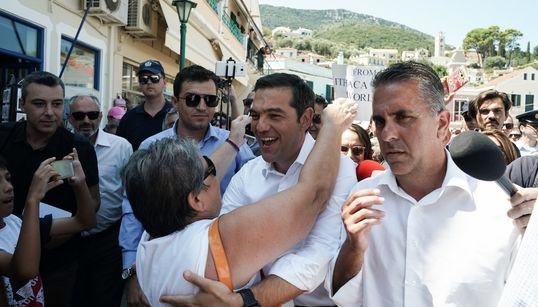 Οι αγκαλιές, τα συνθήματα και το παρασκήνιο της επίσκεψης του πρωθυπουργού στην