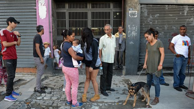 People wait in the streets after evacuating buildings in Caracas on August 21, 2018 following a 7.0-magnitude earthquake that struck in the Venezuelan northeastern state of Sucre according to the US Geological Survey. - Venezuela's seismology institute recorded a 6.3 magnitude quake that caused panic, but there were no initial reports of victims or damage. (Photo by Federico PARRA / AFP)        (Photo credit should read FEDERICO PARRA/AFP/Getty Images)