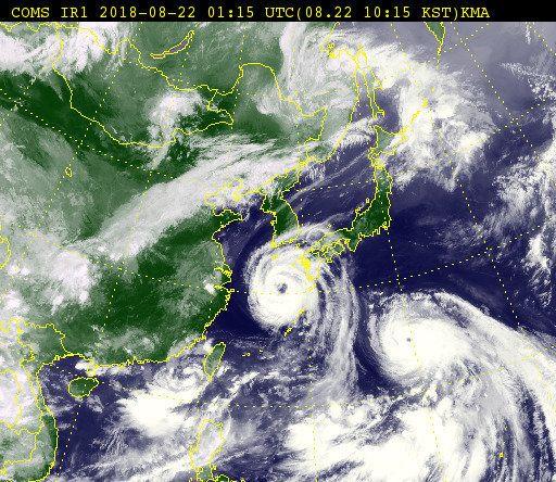 22일 오전 10시 현재 제19호 태풍 '솔릭'(왼쪽)과 제20호 태풍 '시마론' 위성