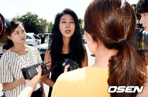 [종합]김부선, 경찰출석 30분만 진술거부 후 귀가..