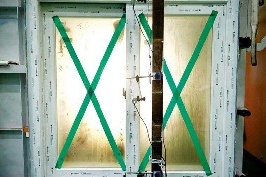X자 테이프가 창문 파손을 막지 못하지만, 창문이 파손된 경우 유리 파편이 덜 튀게