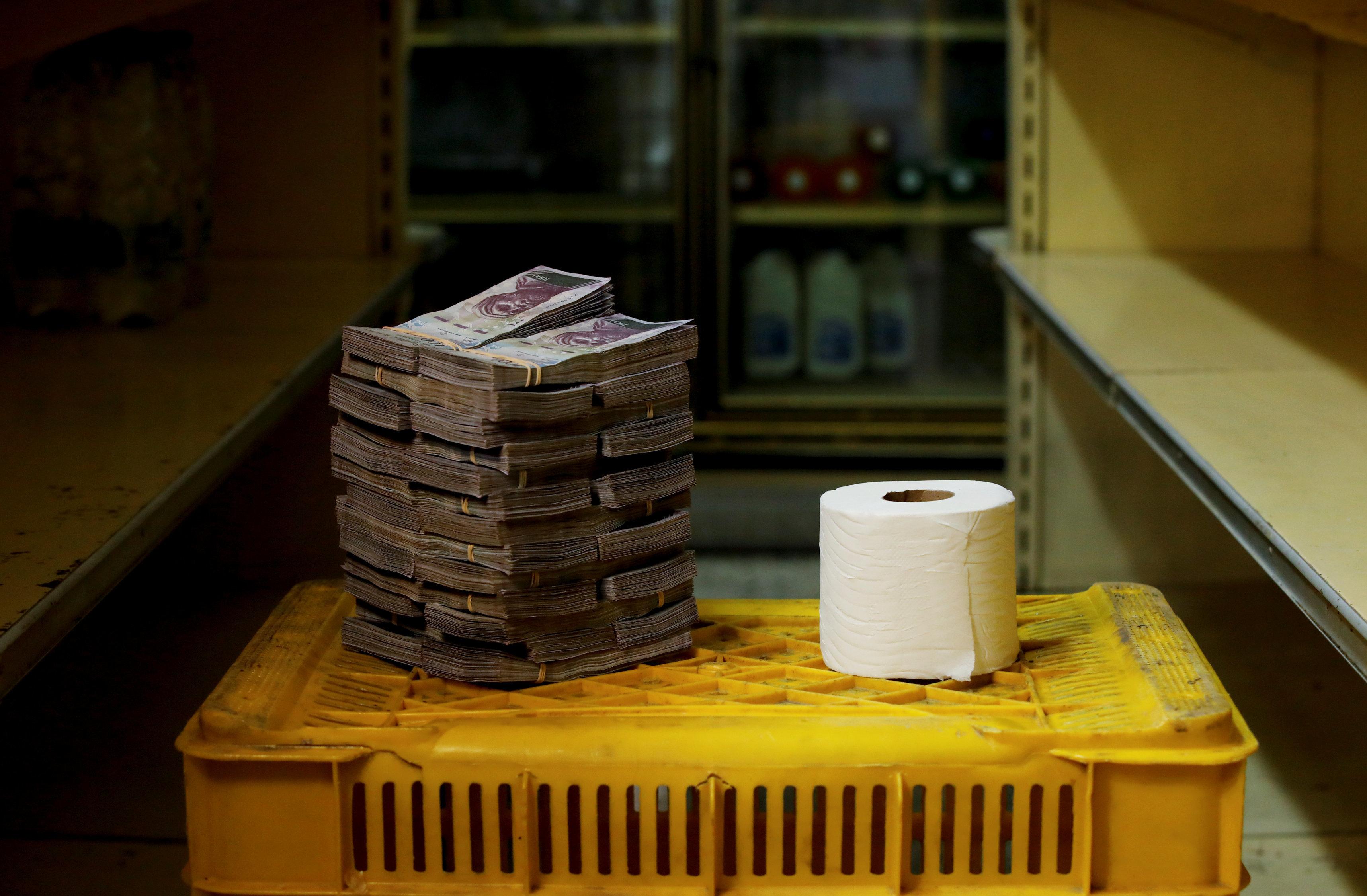 베네수엘라에서 물건구입에 필요한 지폐의 양을 카메라에