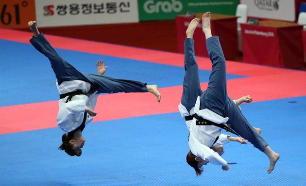 19일 인도네시아 자카르타 컨벤션센터에서 열린 2018 자카르타·팔렘방 아시안게임 태권도 품새 경기 여자 단체전 준결승에서 대한민국 팀이 경연을 하고