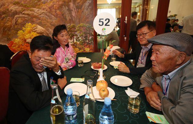 20일 오후 북한 금강산호텔에서 열린 이산가족 상봉 북쪽 주최 환영만찬에서 남쪽 이기순(91) 할아버지가 북쪽 아들 리강선씨와 만나 서로의 안부를 묻고