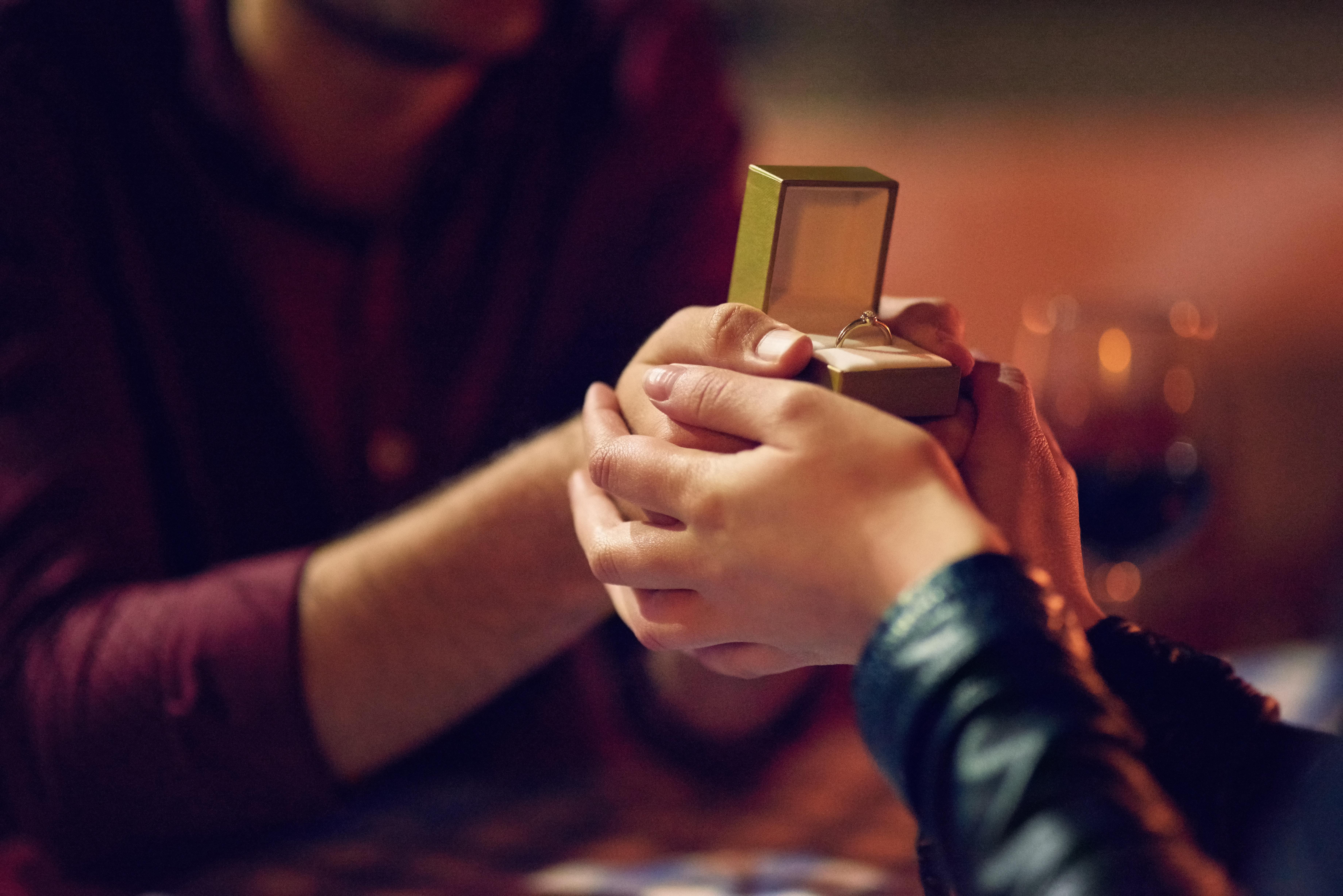 Frau macht Freund Antrag – mit seiner Reaktion hat sie nicht