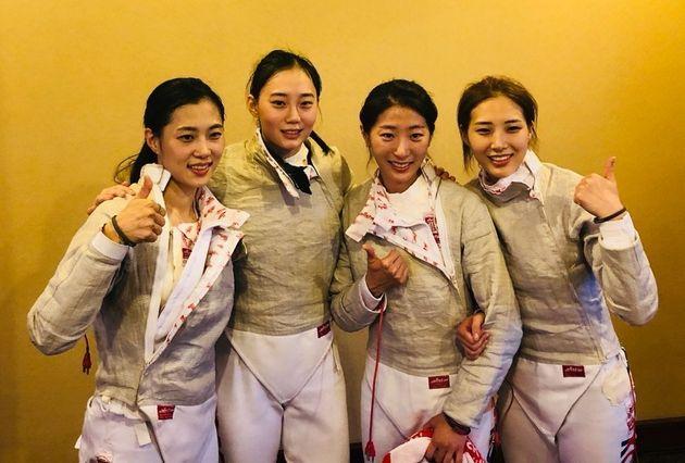 한국 여자 펜싱 사브르 대표팀이금메달을 획득한 뒤 기념 촬영하고 있다. (왼쪽부터 김지연, 윤지수, 황선아,
