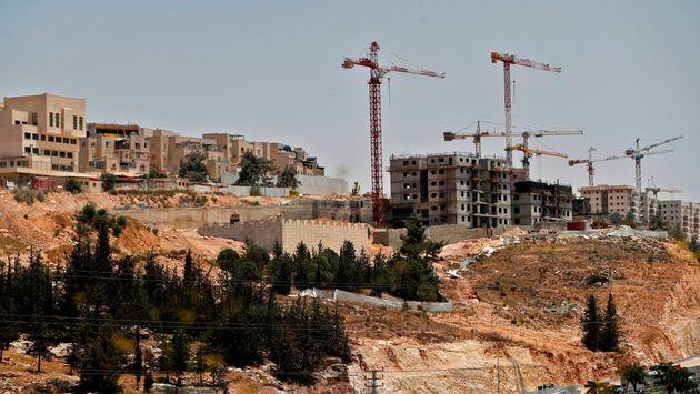 Construction d'immeubles dans la colonie israélienne de Ramat Shlomo, dans le secteur palestinien...