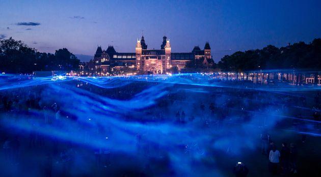 홍수의 위험성을 알리기 위해 지상에 푸른 빛이 넘실대는 모습을 구현한