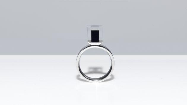 공기 정화 과정에서 수집한 탄소 먼지에 고압의 다이아몬드 생성 기술을 적용해 만든 스모그 프리