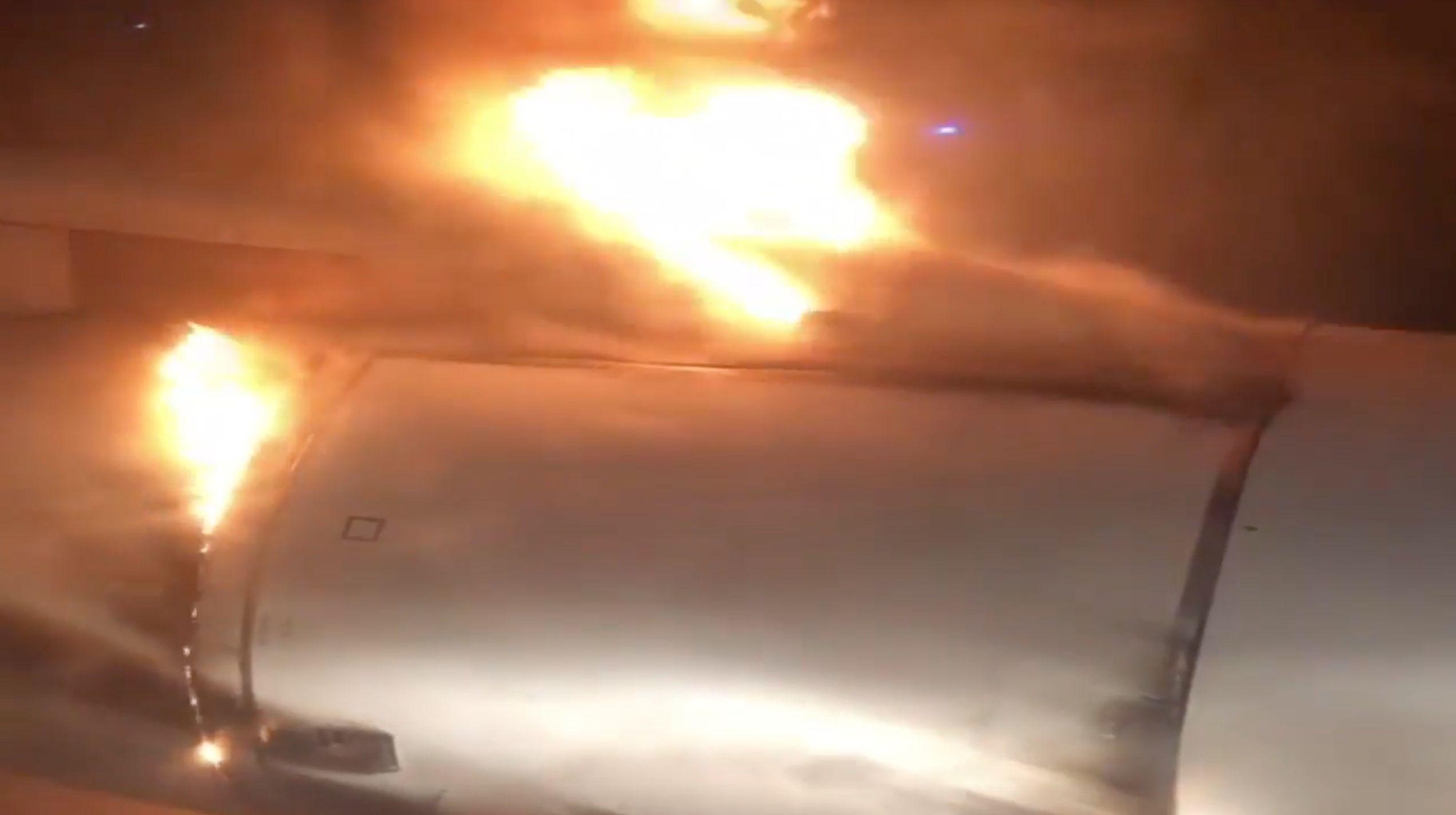 Flugzeugturbine fängt mitten im Flug Feuer – ein Passagier filmt das