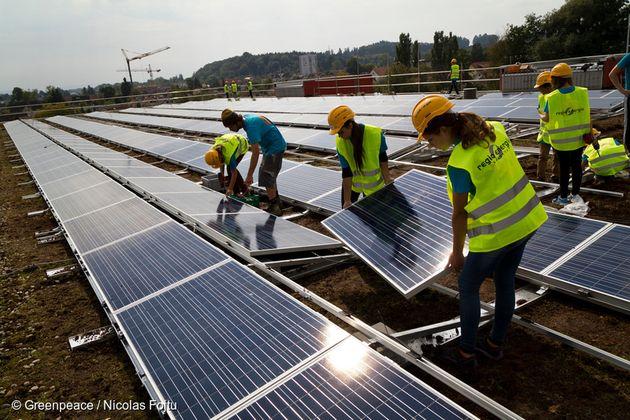2013년 9월 스위스 한 고등학교에서 180명의 학생이 학교 지붕에 태양광을 설치하고