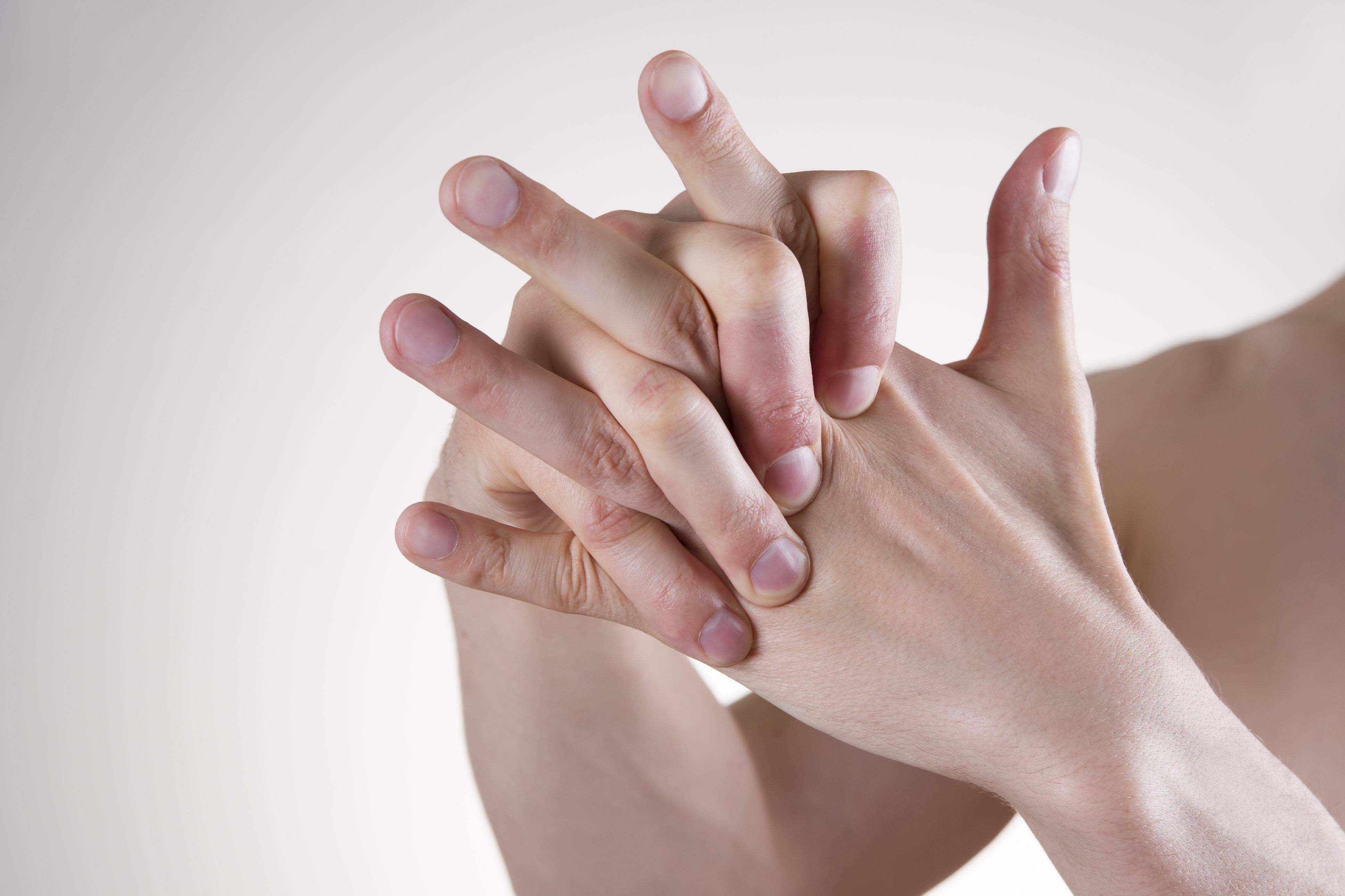 Finger knacken: So gefährlich ist diese Angewohnheit