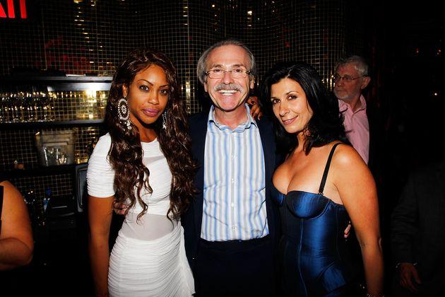 아메리칸 미디어(AMI) 회장 데이비드 페커(가운데)가 '플레이보이 50주년 파티'에서 포즈를 취한