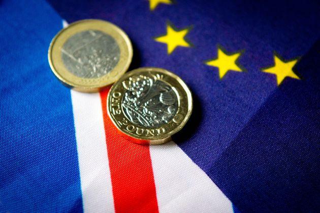 Πτώση της στερλίνας καθώς το Λονδίνο επιταχύνει τον σχεδιασμό για ένα Brexit χωρίς