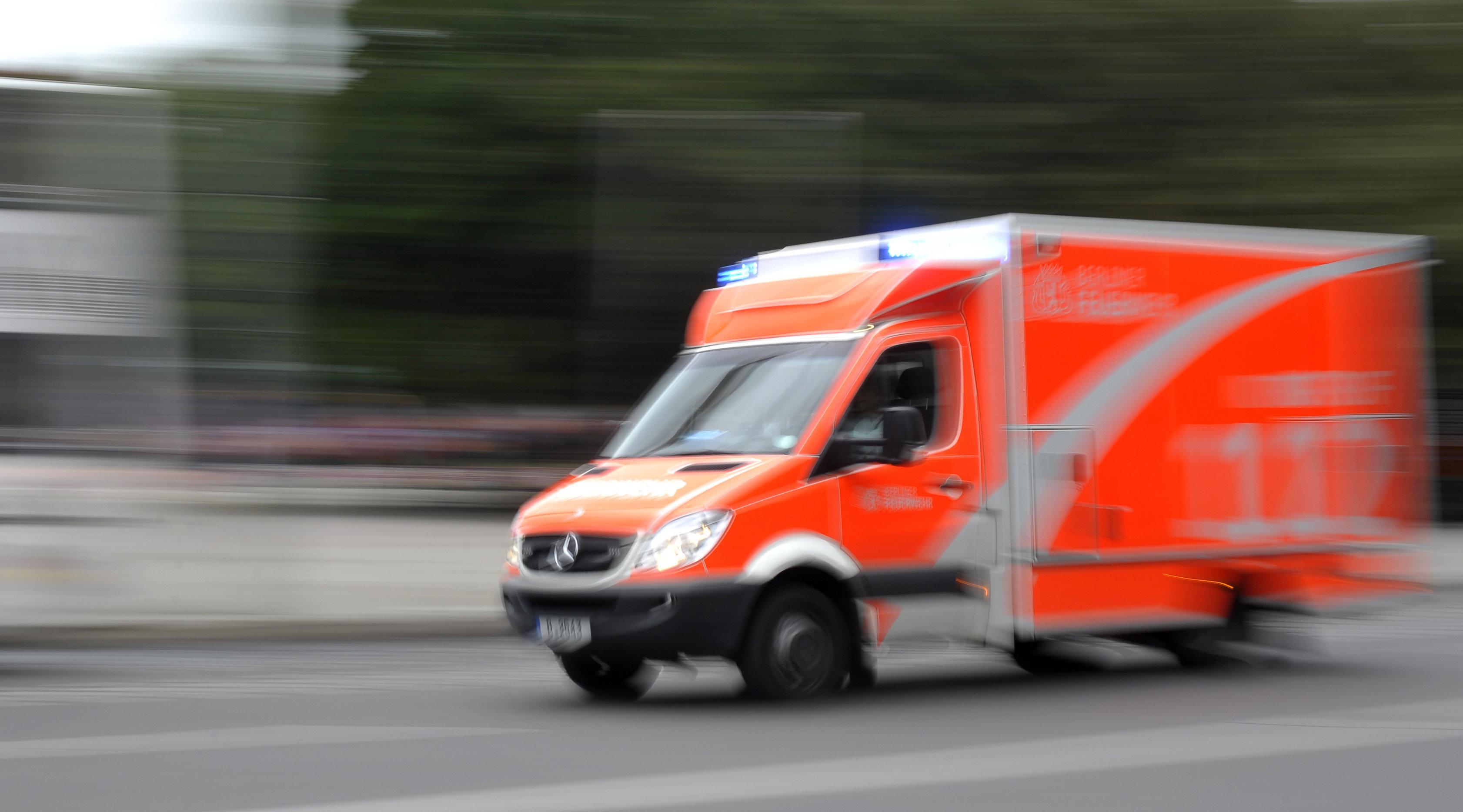 Der 26-Jährige musste auf dem Weg ins Krankenhaus reanimiert werden, verstarb aber im