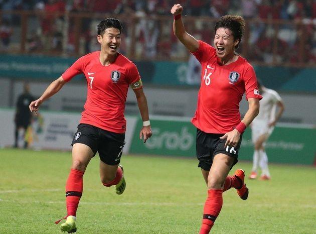 한국의 황의조(오른쪽)가 23일 저녁(현지시각) 인도네시아 치카랑의 위비와 무크티 스타디움에서 열린 이란과의 2018 자카르타·팔렘방 아시안게임 남자축구 16강전에서 전반...