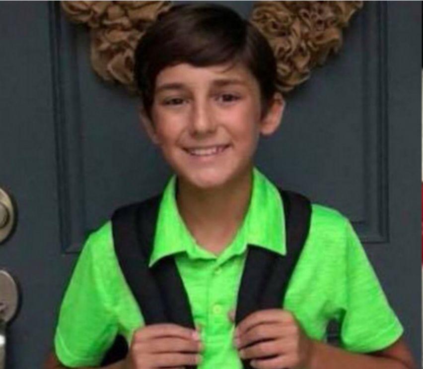 Junge trägt beim Fototermin grünes T-Shirt – zu spät bemerkt er seinen