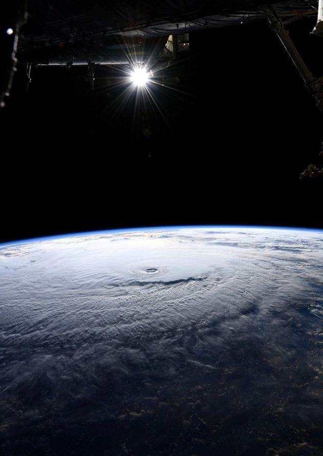 국제우주정거장의 우주인 리키 아놀드가 포착한 허리케인 레인.