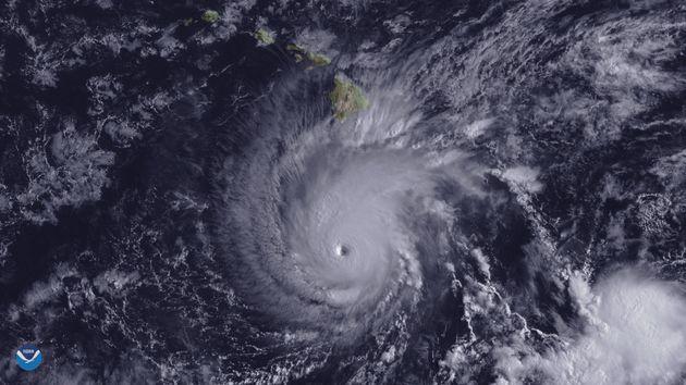 Πλημμύρες και κατολισθήσεις στη Χαβάη καθώς πλησιάζει ο τυφώνας