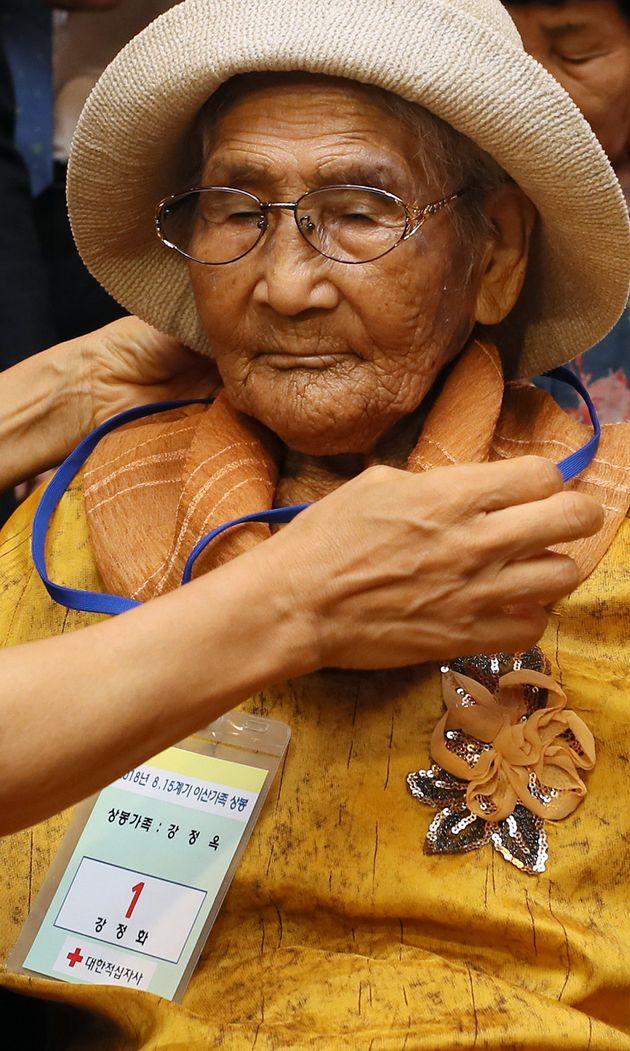 제21차 이산가족 상봉행사 2차를 하루 앞둔 23일 오후 강원도 속초시 한화리조트에서 남측 최고령자 강정옥(100)할머니와 가족들이 등록을 하고