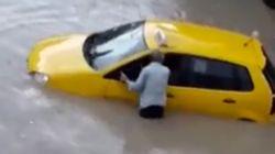 Ce conducteur de taxi pris au piège de la pluie à Bizerte tente de sauver son véhicule