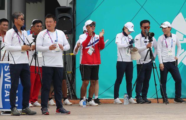 남북대결에서 패배한 북한 여자 양궁팀이 남한 팀에 한