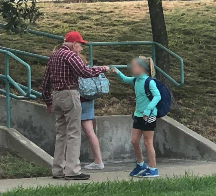 Mutter wundert sich über alten Mann vor der Schule – dann versteht sie, wer er