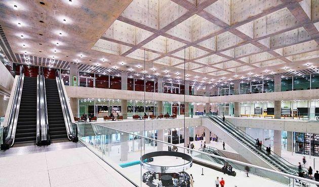거대한 개방감이 인상적인 AP 신사옥 내부 전경. 천장 중앙에는 빛우물이