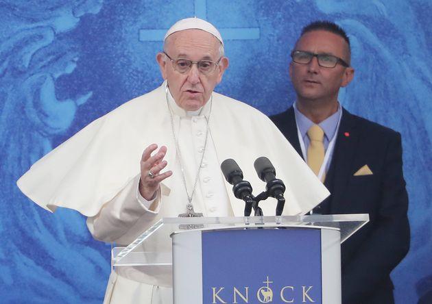Le pape François demande