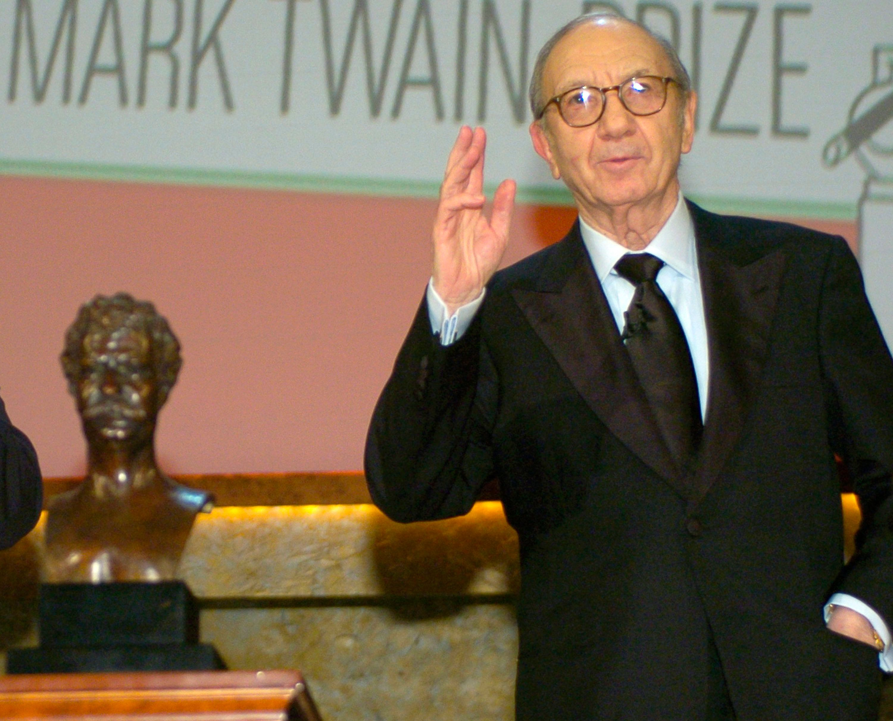 Playwright Neil Simon accepts the 2006 Mark Twain Prize at the Kennedy Center in Washington, October 15, 2006.  REUTERS/Mike Theiler   (UNITED STATES)