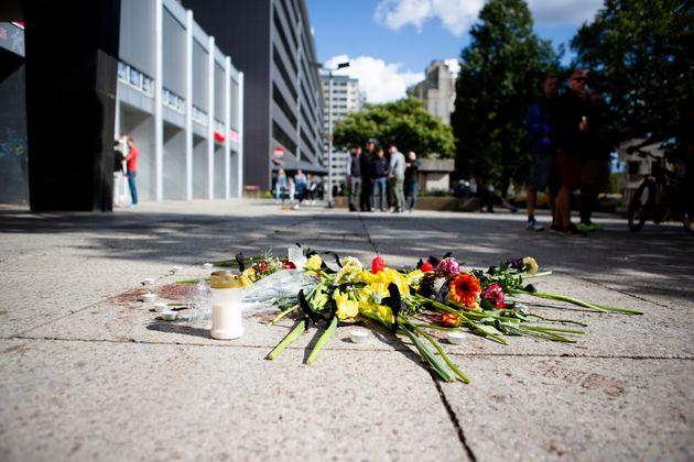 Blumen wurden in der Chemnitzer Brückenstraße niedergelegt. Nach einer Messerstecherei, wenige...