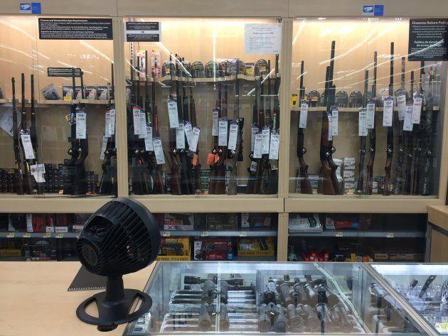 Le rayon armes à feu d'un Walmart de Glendale