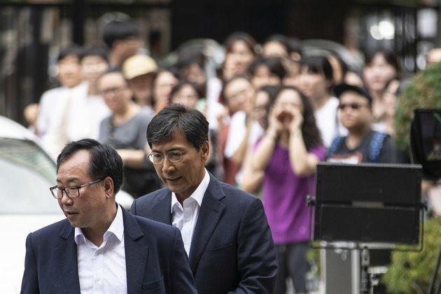 지난 14일 성폭력 혐의로 기소된 안희정 전 충남지사가 서울 마포구 서울서부지법에서 열리는 1심 선고에 출석하자, 여성단체 회원들이 안 전 지사를 비난하는 구호를 외치고