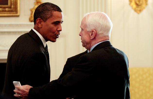 2009년 6월25일, 버락 오바마 대통령이 백악관 여야 회동에서 만난 존 매케인(공화당, 애리조나) 상원의원과 대화하는
