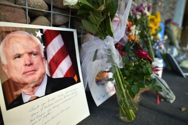 Fotos und Blumen für den verstorbenen